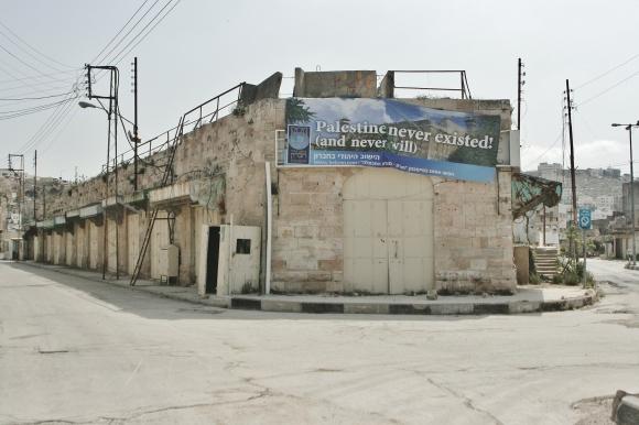 "Pancarta en la 'calle del apartheid': ""Palestine never existed, and never will!"" / JAVIER BERNATAS GARAU"